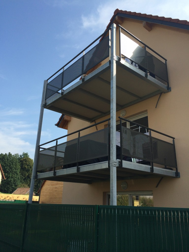 Balcon metallique suspendu 5 terrasse suspendue en acier for Architecture suspendue